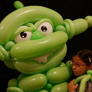 alien géant en ballons
